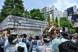 So many people needed to carry the mikoshi