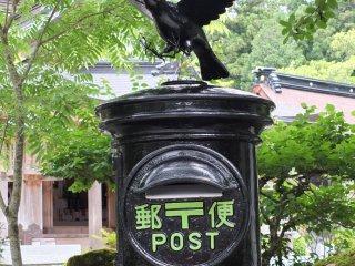 The crow on a mailbox inside the shrine