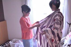 Une professionnelle vous pare de votre kimono ou de votre tenue de ninja en 15 minutes environ