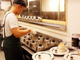 Les pancakes sont cuits sous des couvercles spéciaux en métal