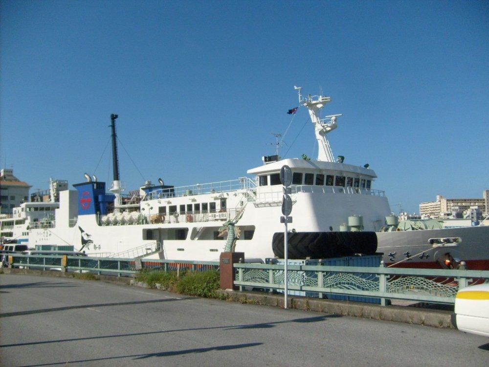 Prêt pour l'embarquement au terminal des ferries de Naha