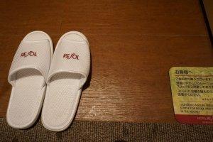 飯店貼心的準備好了拖鞋,有一種回到家的感覺。