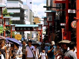 L'une des principales rues de Asakusa