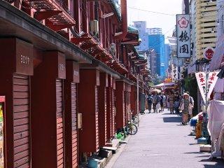 Derrière la rue commerçante de Asakusa