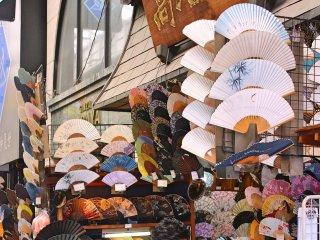 Une boutique traditionnelle d'éventail