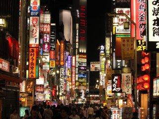 Es impresionante la cantidad de anuncios en una de las avenidas más populares en Shinjuku.