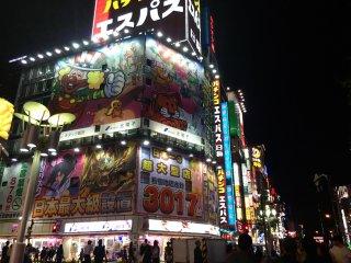 Este tipo de tiendas es muy común por todo Tokio, son famosas porque sus productos son muy baratos y de mucha variedad.