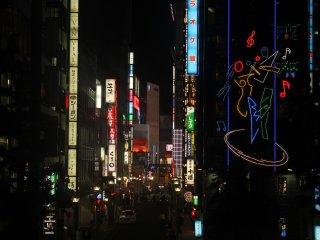 Una de las esquinas más famosas en Shinjuku, el edificio decorado con notas de música es uno de los lugares más populares de Karaoke en Tokio.