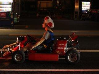 Locuras de los japoneses: vestido como un personaje de el videojuego Mario Kart.