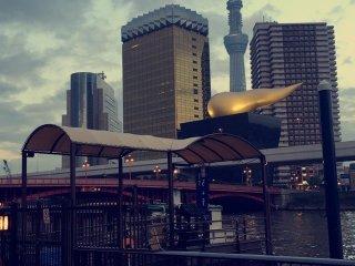 Vista del Tokyo Sky Tree y la sede de la cervecería Asahi.