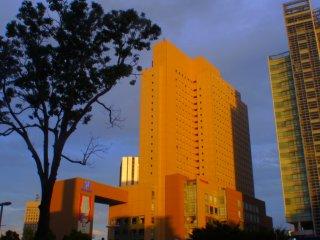 แสงแดดยามบ่ายระบายสีตึกระฟ้าต่างๆ ด้วยแสงสีทอง
