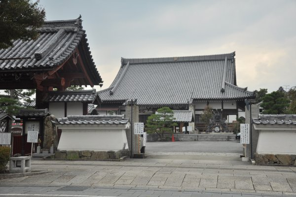 Des temples situés de manière éparse dans le principal quartier touristique