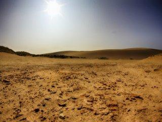 Phía tây, mặt đất thì hòa lẫn giữa đá và cát