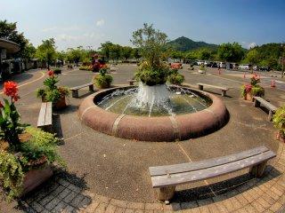 Di luar taman bunga, terdapat air mancur yang indah