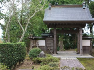 La porte d'entrée du château au pied de la colline, seul vestige de l'époque Edo