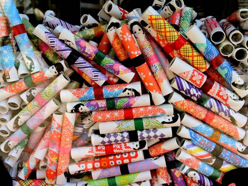 Colorful omikuji to tell your fortune