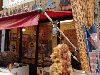 マグロの串カツを購入。サクサクしていて美味しい!