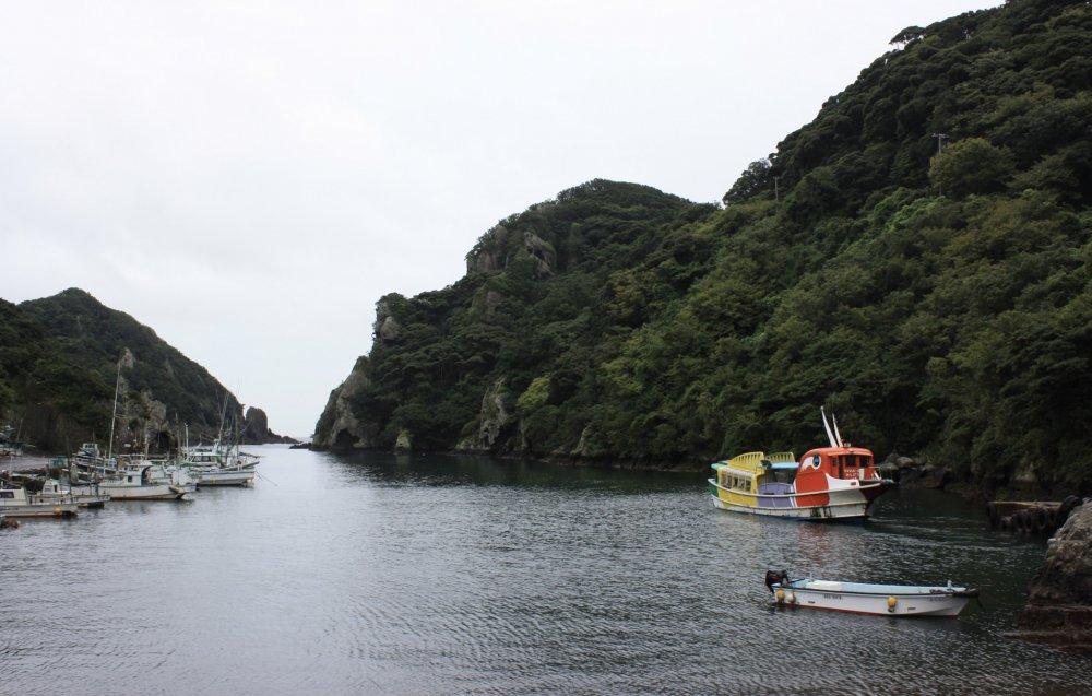 Le port avec le bâteau touristique