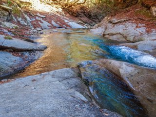 В зависимости от ракусра, цвет воды меняется с изумрудного зеленого до кристально-голубого