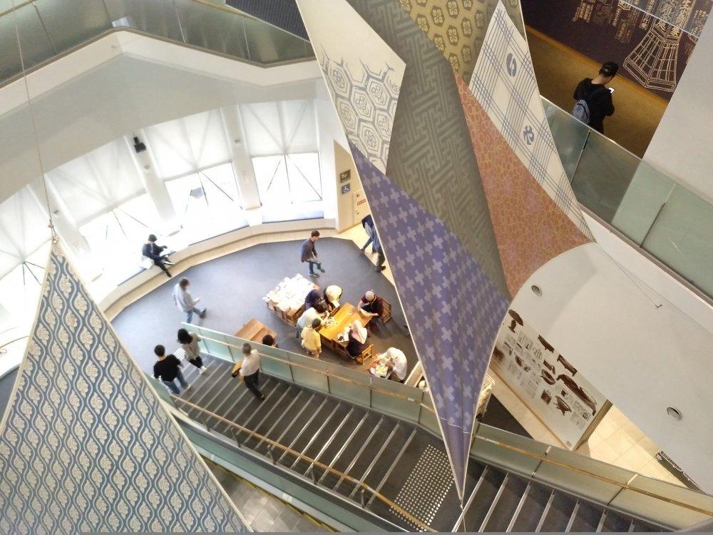O Museu Habitação e Vida ocupa o 8º, 9º e 10º andares de um edifício na zona de Kita. A escadaria entre os andares do museu é decorada com têxteis que reproduzem o design tradicional da região de Kansai.