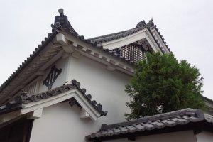 Imanishi Residence: castle-style roof