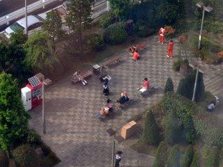 Cosplayers vindos de uma pequena convenção no Tokyo Big Sight, desfrutam do parque nas proximidades