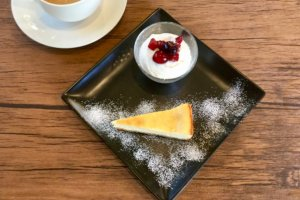 Cheesecake with berries and yoghurt