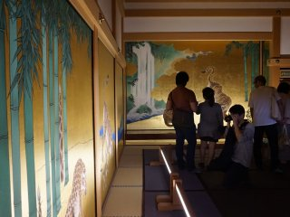 The doors and walls inside Honmaru Goten are decorated with lavish paintings of animals, birds, plants, and seasons. These works of arts are created by skillful Japanese artists only.