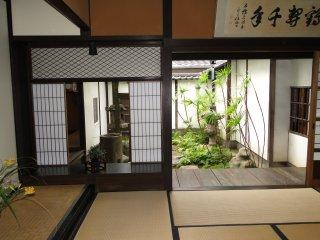 殆どの部屋から小さな庭園が見える