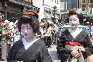 게이코와 마이코는 숙련된 전문가들이 만든 다른 헤어 악세사리를 착용한다