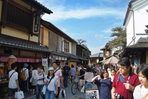 Crowd in Sanenzaka. This is one of famous streets in Kyoto, which leads to Kiyomizu-dera