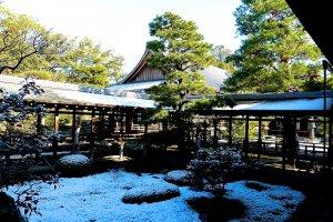 Protegidos da neve, os corredores tapados pelos telhados ligam as salas do templo