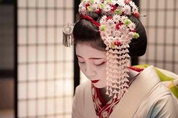 Maiko (geisha-in-training) Dance Performance in Kyoto