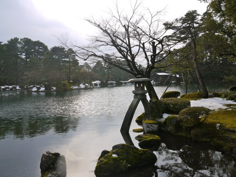 Kenrokuen's most famous spot – the Kotoji stone lantern