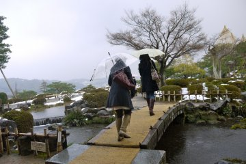 Visitors strolling through Kenrokuen