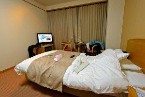 จริงๆห้องเค้าสวยนะครับ แต่ผมทำรกเอง :P เตียงนุ่มห้องกว้างสะอาด วิวจากห้องก็สวยครับ