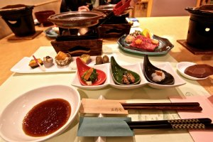 อาหารเย็นจัดวางแบบญี่ปุ่นแต่ก็มีกลิ่นไอแบบตะวันตกผสมอยู่
