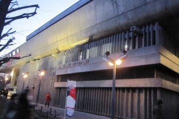 해질녘의 도쿄 문화회관. 콘서트는 18시30분개연이다