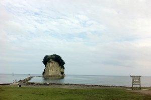 จุดชมวิวของเกาะ มีชื่อเล่นว่าเส้นทางโรแมนติก มักมีคู่หนุ่มสาวมาเดินจูงมือกันกระหนุงกระหนิง
