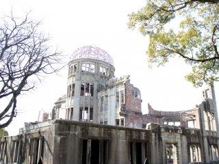 ถึงแล้วค่า Peach Memorial Museum นี่คือตึกที่โดนระเบิดนิวเคลียร์ สาเหตุที่ไม่สลายไปเหมือนกับตึกอื่นๆ นั่นเป็นเพราะตึกนี้อยู่ตรงศูนย์กลางระเบิดพอดี ทำให้โดนไม่มากนัก (นิวเคลียร์ระเบิดกลางอากาศและรัศมีการทำลายล้างในวงกว้างค่ะ ตรงกลางเลยไม่ค่อยโดน)