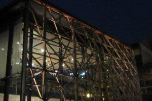 麻の葉紋様の木枠が建物を覆っている。歌舞伎座を建築設計した隈 研吾氏の設計だ