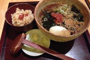 Soba ume-wakame yang dihidangkan bersama nasi