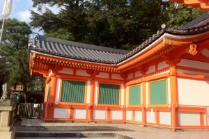 Yasaka Jinga Shrine has free entry.