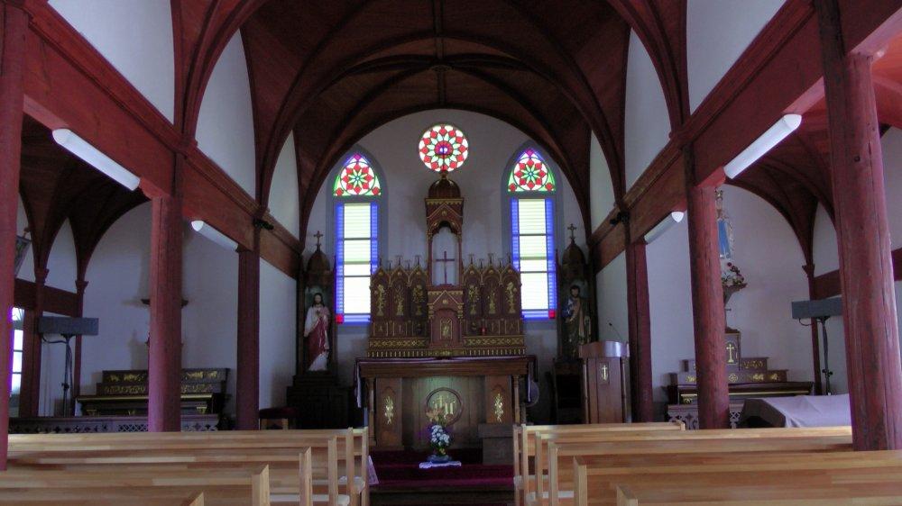Tampilan altar dari pintu masuk Gereja Ebukuro