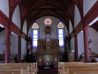 入口から江袋教会祭壇を望む