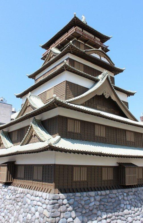 柴田勝家が建てた「北庄城(きたのしょうじょう)」の復元模型。織田信長より越前支配を任された勝家が1575年頃に建てた。しかし1583年に賤ヶ岳の合戦で敗れた勝家とともにこの城も落城した