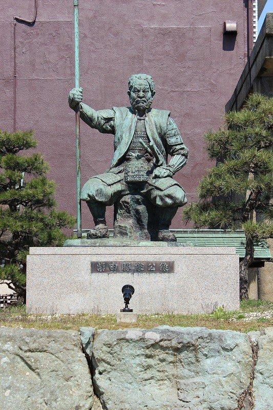城址公苑内にある勝家の銅像。勇壮な勝家の雰囲気がよく出ている