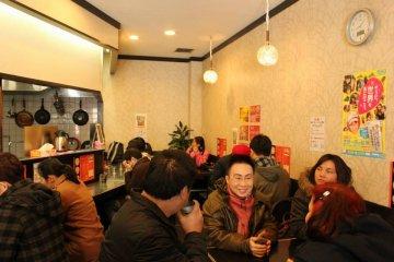 <p>บรรยากาศภายในร้านรองรับลูกค้าได้ประมาณ 25 คน</p>