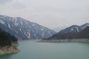 วิวทะเลสาบที่เขื่อนคุโรเบะ