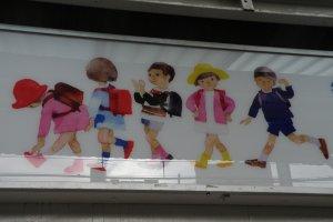 ภาพวาดของชิฮิโระบนป้ายที่สถานีรถไฟ
